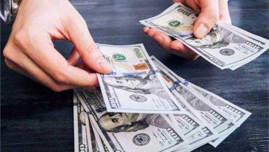 هجوم دلالان به بازار برای خرید و فروش دلار ۹ هزار تومانی